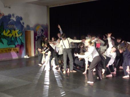« Meute » par la classe Kunsthumaniora (Bruxelles) avec le chorégraphe Yazan Iwidat.